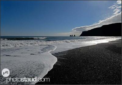 Černý čedičový písek na pláži Dyrholaey, Island
