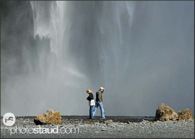 Dvojice pod vodopádem Skogafoss, Island