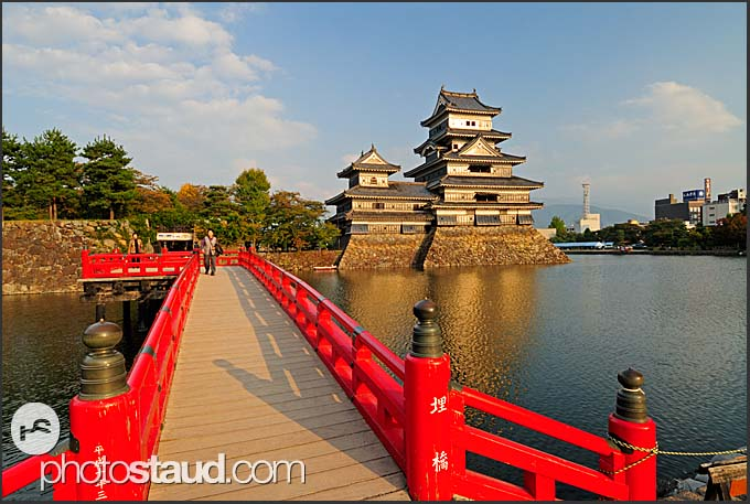 Red wooden Uzumi-Bashi bridge leading to Matsumoto castle, National Treasure, Matsumoto, Japan