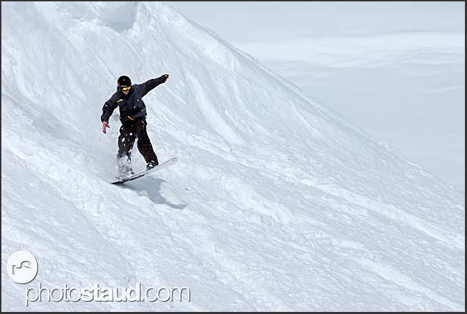 Snowboarder on the slopes of Murren Schilthorn, Switzerland, Europe