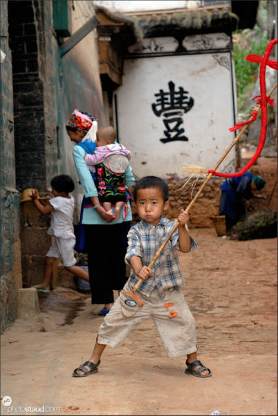 Chinese children playing in Shuanglang fishing village, Yunnan, China